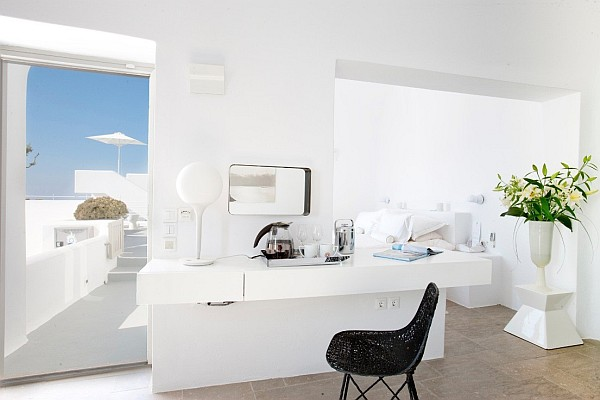 Luxurious-white-interior-in-santorini-villa
